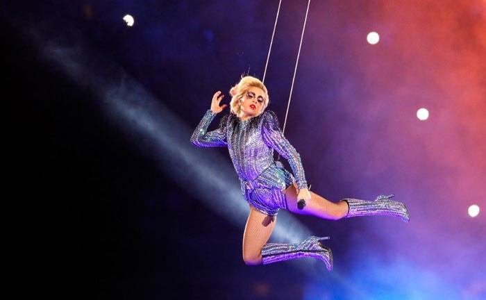 Lady Gaga porte Atelier Versace lors de sa performance au Super Bowl