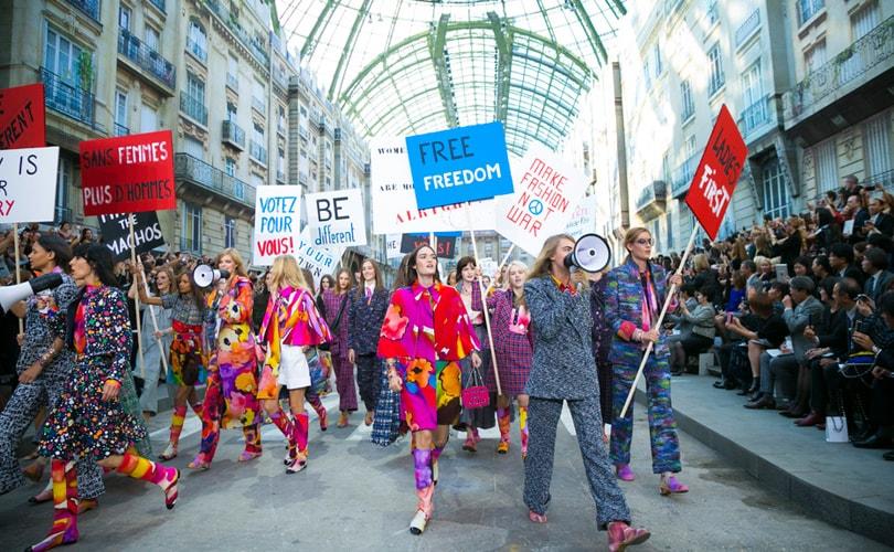 PFW: Lagerfeld presento la coleccion Chanel como una manifestacion callejera feminista